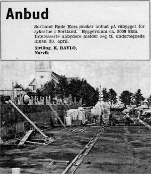 """""""Anbud. Sortland Røde Kors ønsker anbud på råbygget for sykestue i Sortland. Byggevolum ca. 5000 kbm. Interesserte anbrydere melder seg til undertegnede innen 30. april. Siviling K. RAVLO, Narvik""""  Bildet viser byggingen av Røde Kors Sykehjem i 1965 og representerer starten på historien til Sortland Entreprenør."""